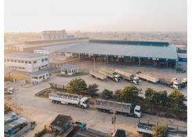 白天停放在仓库附近的工厂卡车鸟瞰_8281240