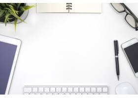 白色书桌上有带办公设备的框架_1147875