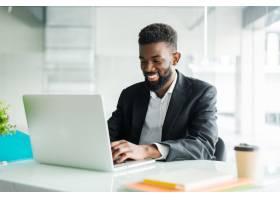 深思熟虑的非裔美国商人使用笔记本电脑思_8472118