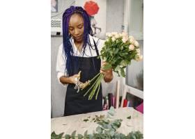 站在工作场所的女经理手里拿着植物的女士_13319786
