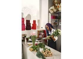 站在工作场所的女经理手里拿着植物的女士_13319791