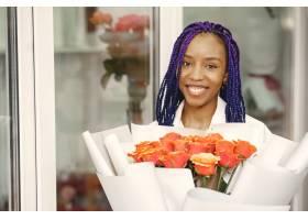 站在工作场所的女经理手里拿着植物的女士_13319804