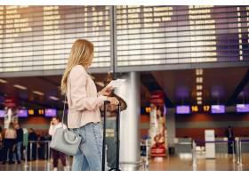 站在机场的漂亮女孩_4975620