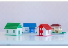 瓷砖屋顶下粉刷成白色的房屋模型_5017989