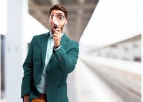 火车站里拿着放大镜的男子_916499