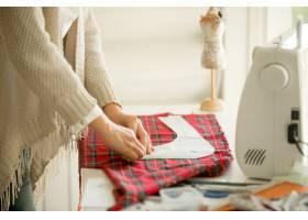 穿着缝纫图案工作的妇女_1281056