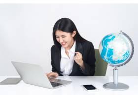 生活方式美丽的亚洲商界年轻女性在办公桌上_4550547