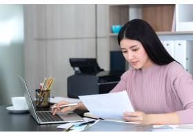 生活方式美丽的亚洲商界年轻女性在办公桌上_5389004