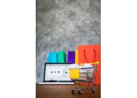 笔记本电脑和购物袋网购概念_1203167