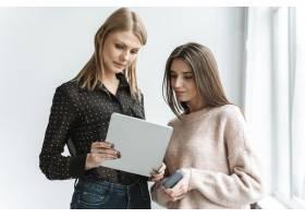 用平板电脑为年轻女商人画像_13296715