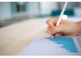 用钢笔在带有条形图的纸上写字_978443