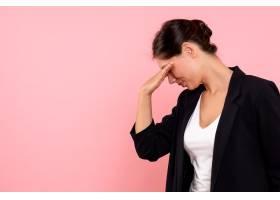粉色背景上穿着深色夹克的前视年轻女性_12547658
