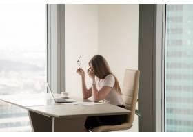 精疲力竭的女商人坐在办公室里_3938733