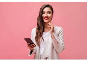 红色嘴唇的商务女士在粉色背景上拿着手机_13211948