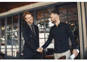 男人会握手商业协议的附件业务伙伴之间_11777856