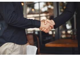 男人会握手商业协议的附件业务伙伴之间_11777857