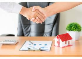 经纪人和委托人在签订购房合同后握手_5216323