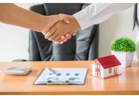 经纪人和委托人在签订购房合同后握手_5216324