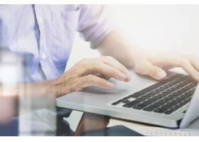 男人的手在笔记本电脑键盘上打字_1236179