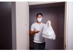 拿着塑料袋的男子送食物_11305625