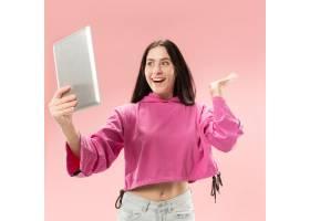 拿着笔记本电脑的女商人热爱电脑概念_13455904