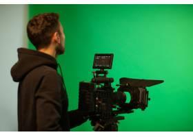 摄影师在演播室使用相机_7608084