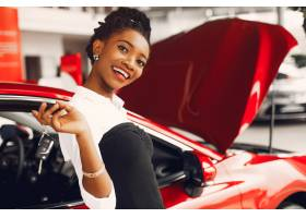 时髦的黑人女子在汽车沙龙里_4578543