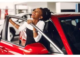 时髦的黑人女子在汽车沙龙里_4578561