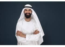 暗蓝色工作室背景的阿拉伯沙特商人的半长肖_13341344