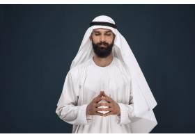暗蓝色工作室背景的阿拉伯沙特商人的半长肖_13341346