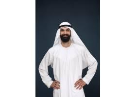 暗蓝色工作室背景的阿拉伯沙特商人的半长肖_13341350