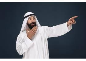 暗蓝色工作室背景的阿拉伯沙特商人的半长肖_13341352