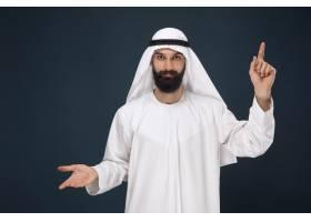 暗蓝色工作室背景的阿拉伯沙特男子的半长肖_13341348
