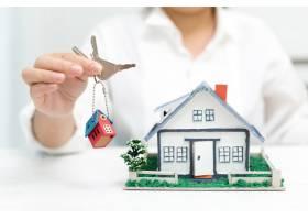 有房型和钥匙的房地产经纪人_5519369