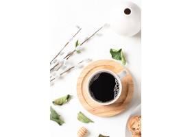 杯子里的黑咖啡和白色桌子上的叶子_13005830
