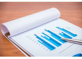 桌上放着钢笔的财务图表_1010182