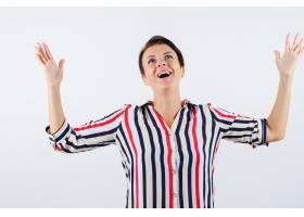 成熟的女人举起手来穿着条纹衬衫欣喜若狂_13401804