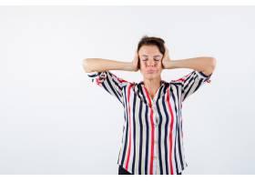 成熟的女人用手捂住耳朵闭上眼睛穿着条_13401797