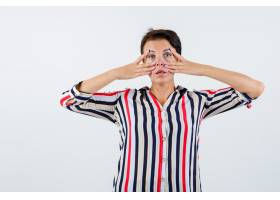 成熟的女人穿条纹衬衫眼睛附近有v字形_13401815