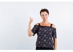 成熟的女人穿着花色上衣和黑色裙子竖起大拇_13401213