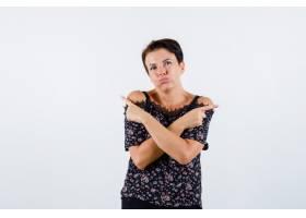 成熟的女人食指指向相反的方向穿着印花上_13400487