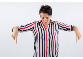 成熟的女人食指朝下穿着条纹衬衫看起来_13401631