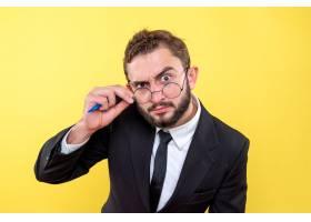 戴眼镜的年轻商务人士只关注一点而不是黄色_11246104