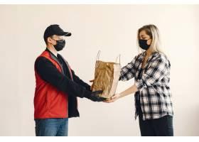 戴着医生面具的送货员和女人在一起_8819658