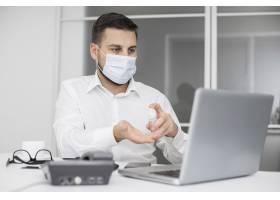 戴着口罩的办公室新常态_10887844