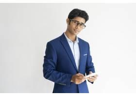 戴着眼镜和智能手机的自信商人的肖像_2540559