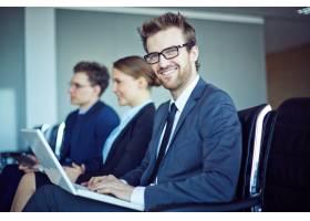 戴着领带和笔记本电脑面带微笑的员工_867798