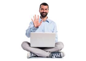 手持笔记本电脑的男子数到五_1184515