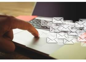 手摇手提电脑和许多信封_926672