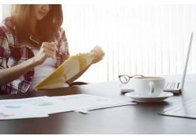 年轻的商务女性在现代合作办公室参与新的创_1235703